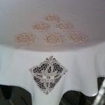 Покривка за маса в комбинация от ленен плат и апликация от ръчно плетена дантела на една кука