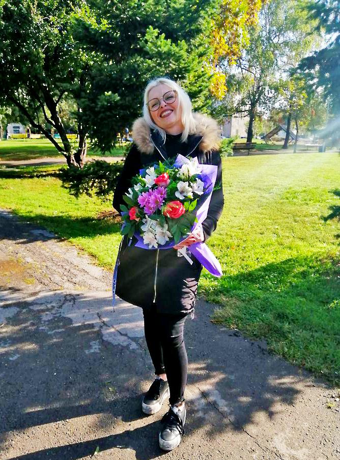 Букет с цветни рози, хризантема и алстромерия